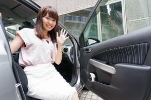 車から降りる女性の写真素材 [FYI04659150]