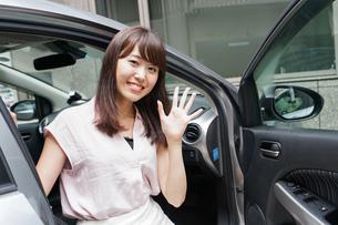 車から降りる女性の写真素材 [FYI04659152]
