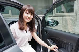 車から降りる女性の写真素材 [FYI04659156]