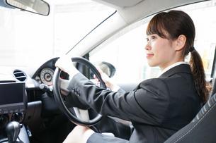 車で外回り営業をする女性の写真素材 [FYI04659158]