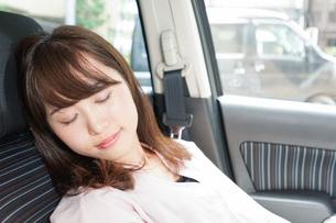 車で寝る女性の写真素材 [FYI04659171]