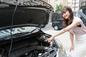 車のメンテナンスをする女性の写真素材 [FYI04659193]