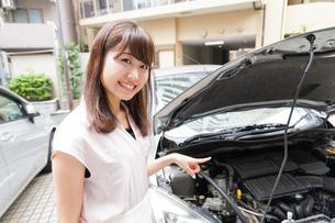 車のメンテナンスをする女性の写真素材 [FYI04659202]