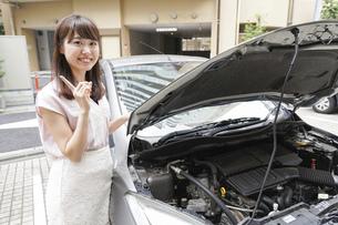 車のメンテナンスをする女性の写真素材 [FYI04659211]