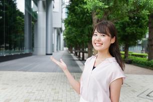 若い日本人女性の写真素材 [FYI04659235]