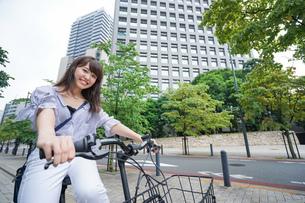 電動自転車に乗る女性の写真素材 [FYI04659262]