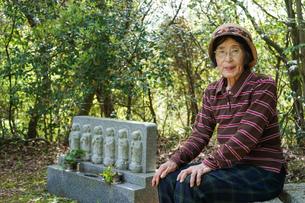 お墓参りをする高齢者の写真素材 [FYI04659639]