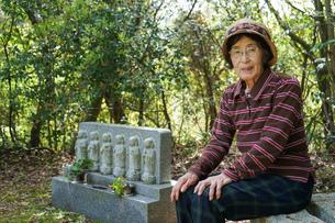 お墓参りをする高齢者の写真素材 [FYI04659641]
