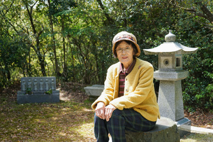 お墓参りをする高齢者の写真素材 [FYI04659644]
