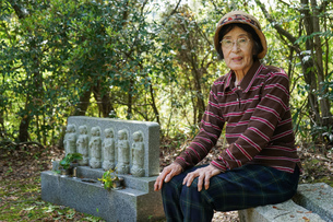 お墓参りをする高齢者の写真素材 [FYI04659645]