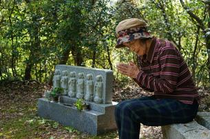 お墓参りをする高齢者の写真素材 [FYI04659646]