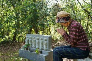 お墓参りをする高齢者の写真素材 [FYI04659647]