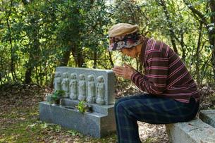 お墓参りをする高齢者の写真素材 [FYI04659648]