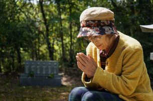 お墓参りをする高齢者の写真素材 [FYI04659649]