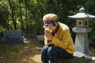 お墓参りをする高齢者の写真素材 [FYI04659650]