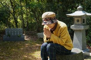 お墓参りをする高齢者の写真素材 [FYI04659651]