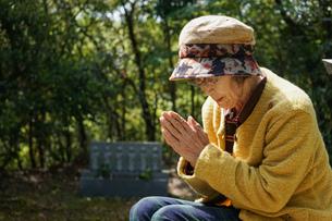 お墓参りをする高齢者の写真素材 [FYI04659652]