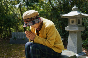 お墓参りをする高齢者の写真素材 [FYI04659654]