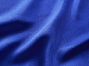 青いサテン生地の布の写真素材 [FYI04659736]