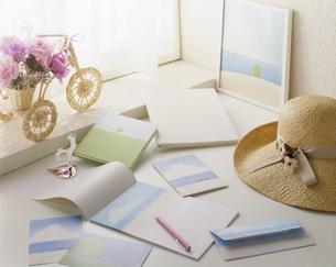 窓際にある便箋と万年筆の写真素材 [FYI04659748]