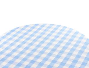 丸テーブルにチェック柄のテーブルクロスの写真素材 [FYI04659749]
