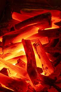 燃える炭火(紀州備長炭)の写真素材 [FYI04659750]