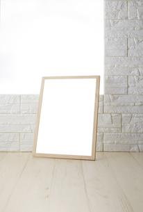 素材 白レンガ壁_白木床の写真素材 [FYI04659777]