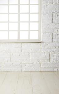 素材 白レンガ壁_窓_白木床の写真素材 [FYI04659778]