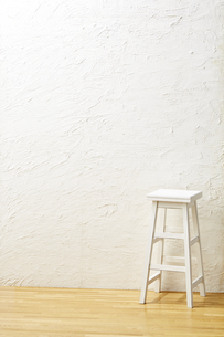 背景素材 床と白壁 アンティークな脚立の写真素材 [FYI04659817]