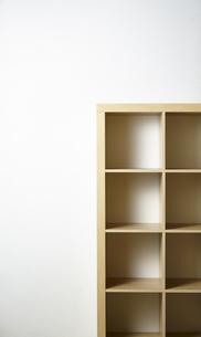 オープンラック-白い壁の写真素材 [FYI04659843]