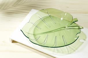 夏イメージ リーフ型の皿の写真素材 [FYI04659862]