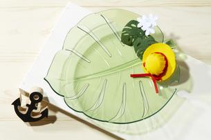 夏イメージ リーフ型の皿の写真素材 [FYI04659865]