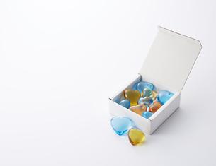白い箱に入ったハートの写真素材 [FYI04659957]