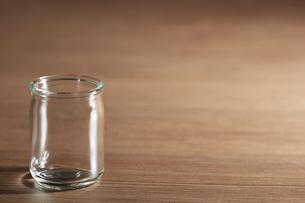ガラスの小瓶の写真素材 [FYI04659961]