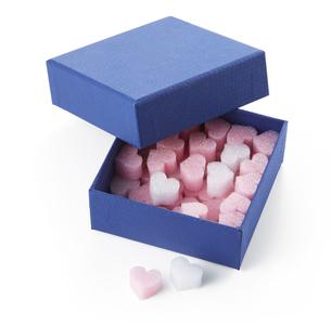 ハートがいっぱい詰まった青い箱の写真素材 [FYI04659978]