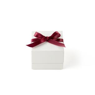 白い箱 赤いリボンの写真素材 [FYI04659979]