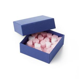 ハートがいっぱい詰まった青い箱の写真素材 [FYI04659981]