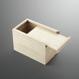 ちょっとだけ開いている箱の写真素材 [FYI04659984]