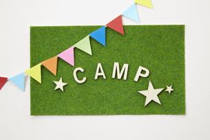 キャンプ-CAMP-英語-イメージ-芝生調シートの写真素材 [FYI04659996]