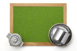 キャンプ飯イメージ-芝生調シート-木枠-ボードの写真素材 [FYI04659998]