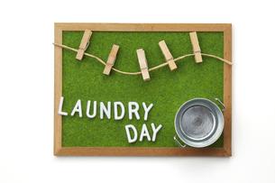 洗濯イメージ-芝生調シート-木枠-ボードの写真素材 [FYI04659999]