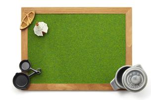 キャンプ飯イメージ-芝生調シート-木枠-ボードの写真素材 [FYI04660000]