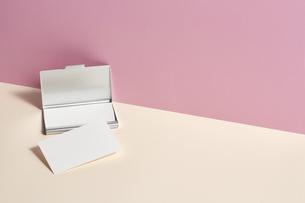白-名刺-メッセージカード-ビジネス-テンプレート-デザインの写真素材 [FYI04660022]