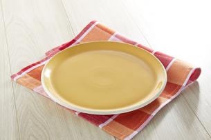テーブルに置かれた皿の写真素材 [FYI04660068]