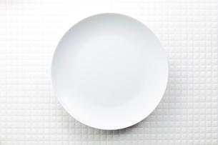 モザイクタイル-白-丸皿の写真素材 [FYI04660073]
