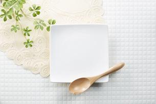 モザイクタイル-白-朝食イメージ-スクエア皿の写真素材 [FYI04660074]