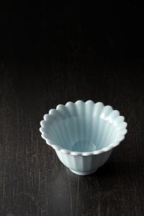 和食器-黒背景-コピースペース-和風の写真素材 [FYI04660077]