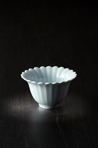 和食器-黒背景-コピースペース-和風の写真素材 [FYI04660078]