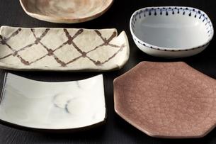 和皿-和食器-日本-和モダン-黒バックの写真素材 [FYI04660089]