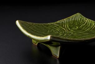 和食器-皿-黒背景-コピースペース-和風素材の写真素材 [FYI04660090]